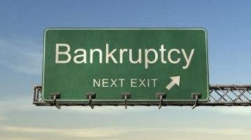 U SAD je prve godine svetske finansijske krize (2009) lični bankrot proglasilo oko milion osoba. U Srbiji je svojevremeno uveden mehanizma zaštite banaka, ali i građana od eventualnog prekomernog zaduživanja jer Kreditni biro i propisi NBS to sprečavaju. Ipak, zbog gubitka posla, bolesti, neuspelih investicija, mnogo je osoba koje su prezadužene. Institucionalno uvođenje ličnog bankrota stavilo bi u zakonski okvir slučajeve prezaduženosti fizičkih lica, ocenjuje Rade Šević, stečajni upravnik. - Krizu likvidnosti pojedinca, nastalu kao posledicu nemogućnosti tekućeg servisiranja preuzetih obaveza, smatram veoma osetljivim pitanjem i sa ekonomskog i socijalnog aspekta gde uvođenje ličnog bankrotstva može predstavljati jedan od efikasnih načina ponovnog uspostavljanja boniteta dužnika - kaže Šević.