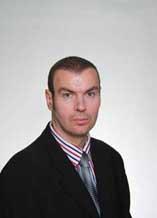Dr Dragan Petrović (Beograd), diplomirao je na četiri fakulteta u okviru državnog Univerziteta u Beogradu, na kojima je prethodno paralelno studirao i to: na Ekonomskom (1999), na Sociologiji (2000), na Istoriji (2000) i na Političkim naukama (2002). Završio je Postdiplomske studije na Geografskom fakultetu u Beogradu, na odseku Ekonomska geografija i odbranio magistarsku tezu «Razvoj i razmeštaj industrije Beograda u XIX i XX veku» 2003. godine. Završio je Postdiplomske studije na Fakultetu političkih nauka u Beogradu, odsek Međunarodni odnosi i odbranio je magistarsku tezu «Francusko – jugoslovenski odnosi u vreme Alžirskog rata 1952-1964.» 2008. godine. Doktorirao je na Prirodno matematičkom fakultetu u Novom Sadu, oblast Politička geografija 2007. godine sa temom disertacije «Rusija na početku XXI veka – geopolitička analiza».