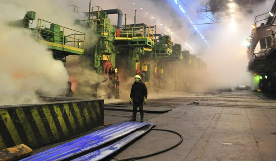 Радник у топлој ваљаоници у Новолипецку, око 500 км југоисточно од Москве, 30. јануар 2014. Не само да је Путин и даље чврсто у седлу већ се, супротно очекивањима, руска економија опоравља. (Андреј Кузмин/Ројтерс)